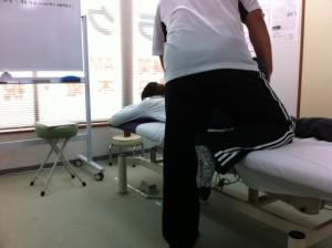 O脚施術の様子